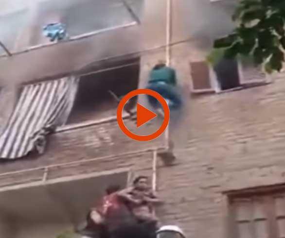 """بالفيديو.. """"سبايدر مان"""" المصري ينقذ 3 أطفال من حريق كاد يودي بحياتهم"""