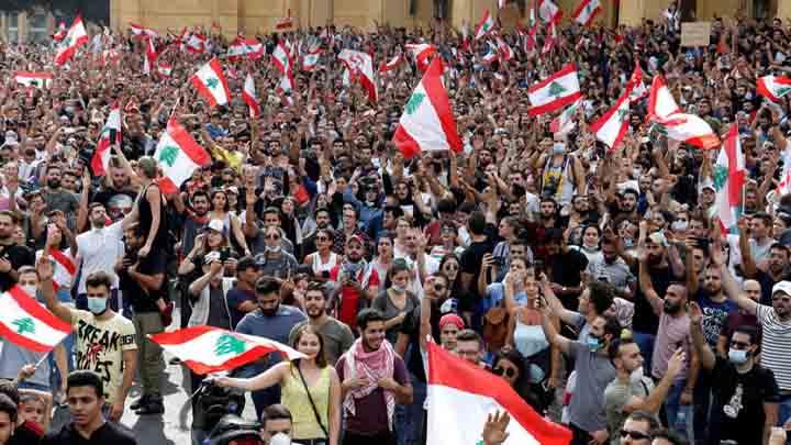 لبنان : الاحتجاجات مستمرة لليوم الرابع وسط تصاعد الغضب من الطبقة السياسية
