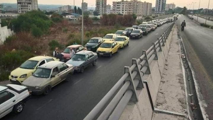 طرطوس.. طوابير السيارات أمام محطات الوقود تمتد إلى 3 كم